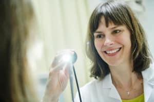 HNO Ärztin Dr. Claudia Atteneder mit Endoskop